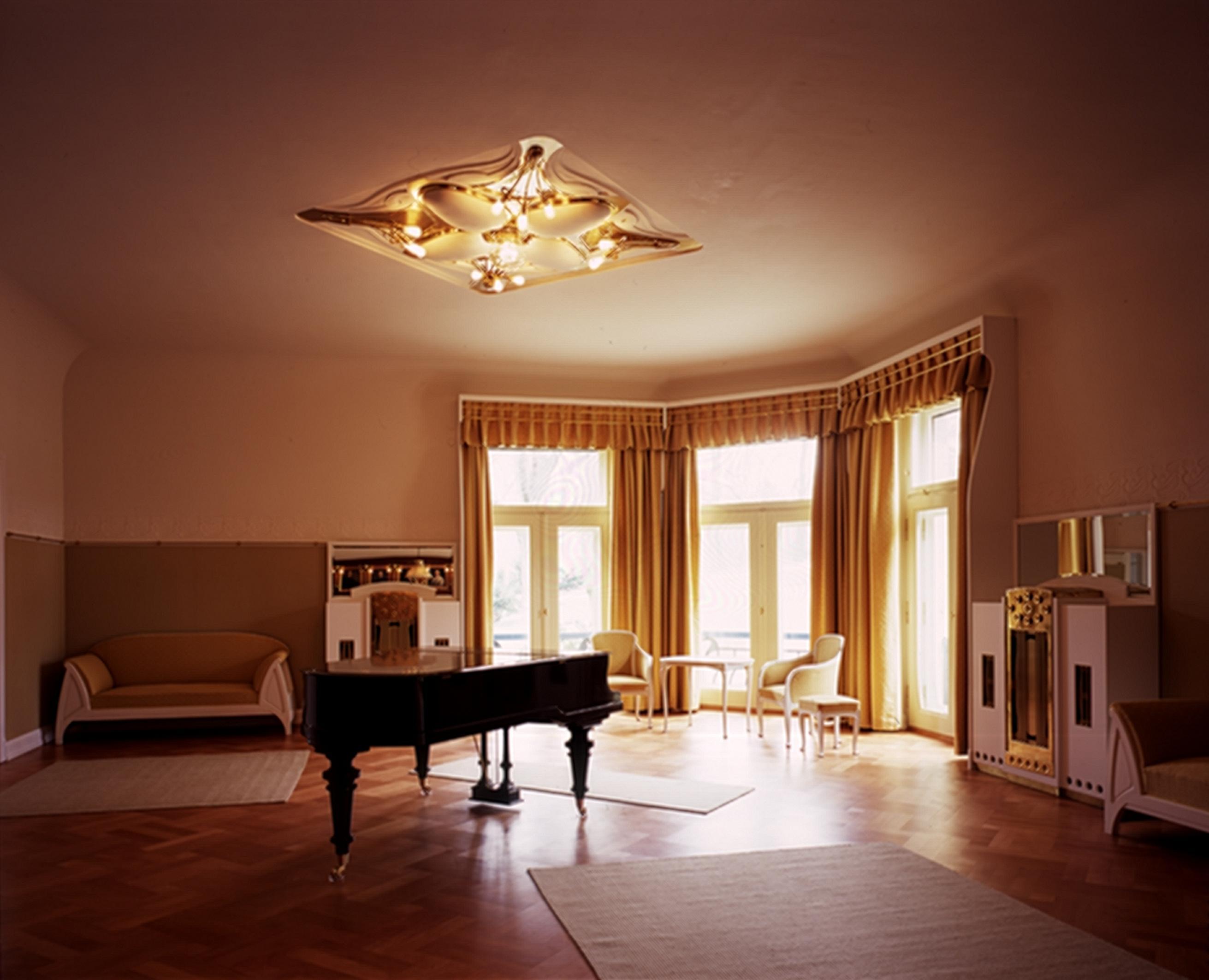 En 1890, il présenta ses œuvres de mobilier en bois dans la Galerie « l'Art nouveau » de Samuel Bing à Paris, et devint ensuite connu internationalement. Il construisit en 1895 sa propre maison à Bruxelles.©Ulf Dahl