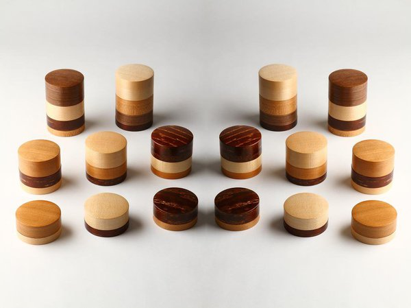 Wazutsu est une boîte à thé ou à biscuits, dont la partie extérieure est un cylindre creux qui recouvre le cylindre intérieur. Ici, la technique utilisée pour la création permet au chêne, au cerisier ou à l'érable d'associer leurs teintes à celle de l'écorce de cerisier, pour faire ressortir sa splendeur. Depuis 2011, la boîte Wazutsu a reçu deux prix pour son design.©DR