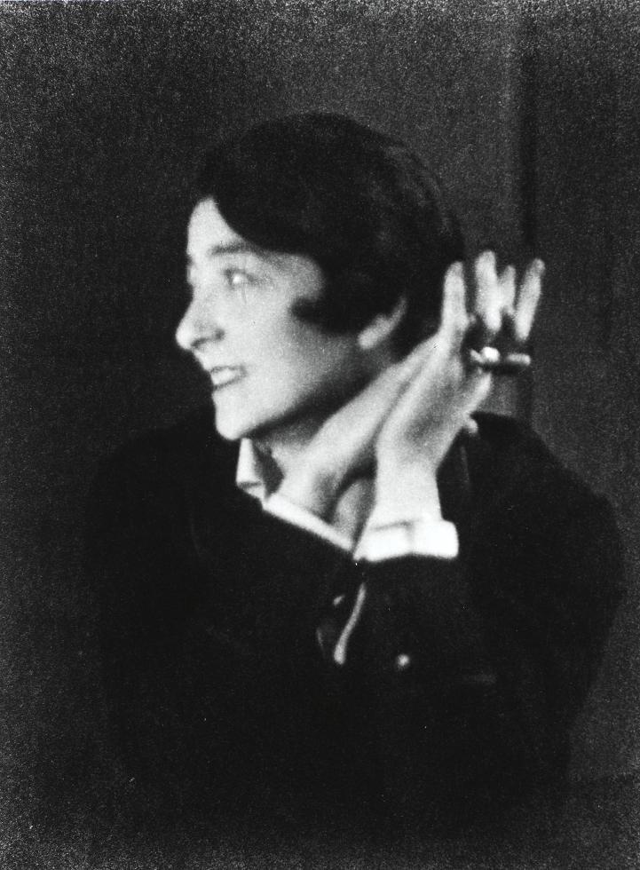 Portrait d'Eileen Gray née le 9 aout 1878 en Irlande et décédée le 31 octobre 1976 à Paris, artiste spécialiste de la laque, designer de mobilier et architecte.