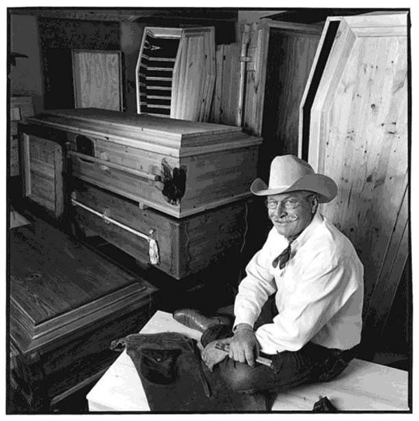 Fabriquant de cercueil © Nancy Rica Schiff. Tous les droits réservés.