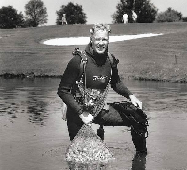 Plongeur récupérateur de balles de golf © Nancy Rica Schiff. Tous les droits réservés.