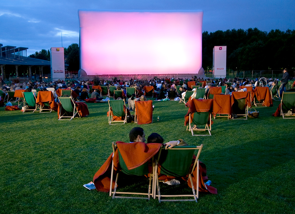 cinema-plein-air-villette-transats-herbe
