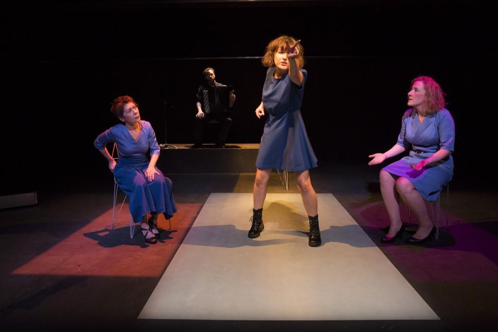 Céline dans la pièce Nous qui sommes cent de Jonas Hassen Khemiri.