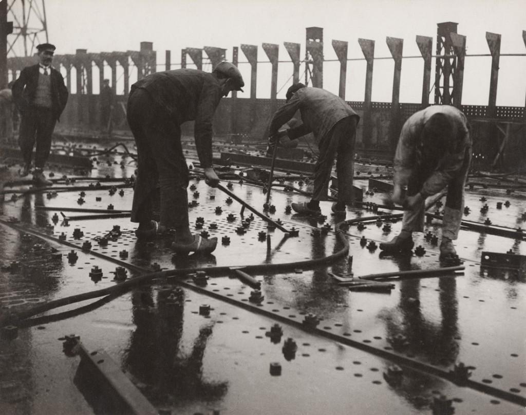 Construction des grands paquebots. Rivetage de tôles d'un pont de navire, chantier et ateliers de Saint-Nazaire à Penhoët 1931-1932 François Kollar