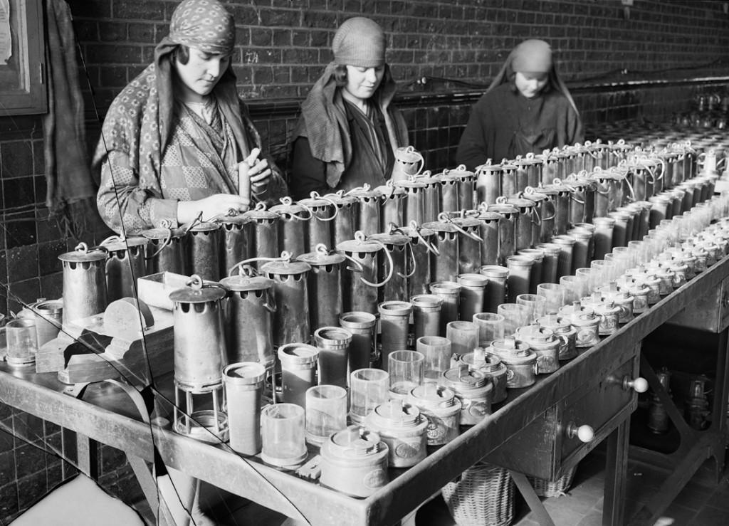 Nettoyage des lampes. Société des mines de Lens, Lens (Pas-de-Calais) 1931-1934 François Kollar