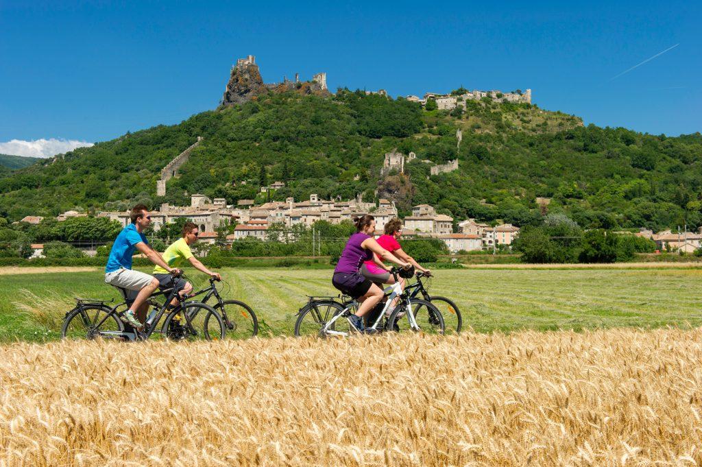 France; Ardèche (07) Rochemaure; cyclistes sur la ViaRhôna avec le village Rhochemaure en arrière-plan // France; Ardèche (07)