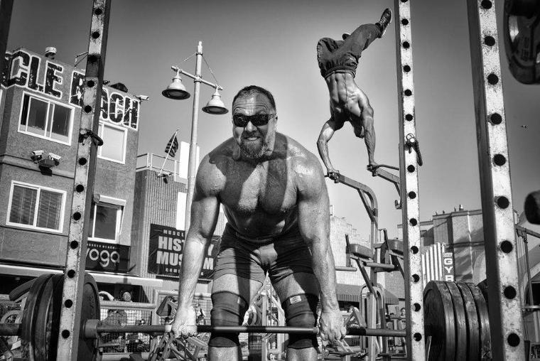 """Mention d'honneur, catégorie """"gens"""" © Dotan Saguy Un haltérophile soulève des poids sur la célèbre plage de Los Angeles, en Californie, pendant qu'un second, en arrière-plan, fait le poirier."""