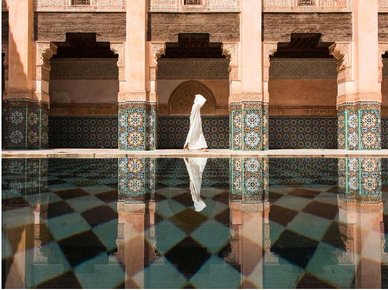 """Première place, catégorie """"villes"""" © Takashi Nakagawa Marrakech est une ville passionnante pour tous les voyageurs, mais j'étais fatigué de ces rues bondées où l'on me demandait de l'argent. J'ai alors cherché un endroit plus calme, et je me suis reposé quelques instants au bord de ce bassin, au cɶur de cette architecture islamique."""