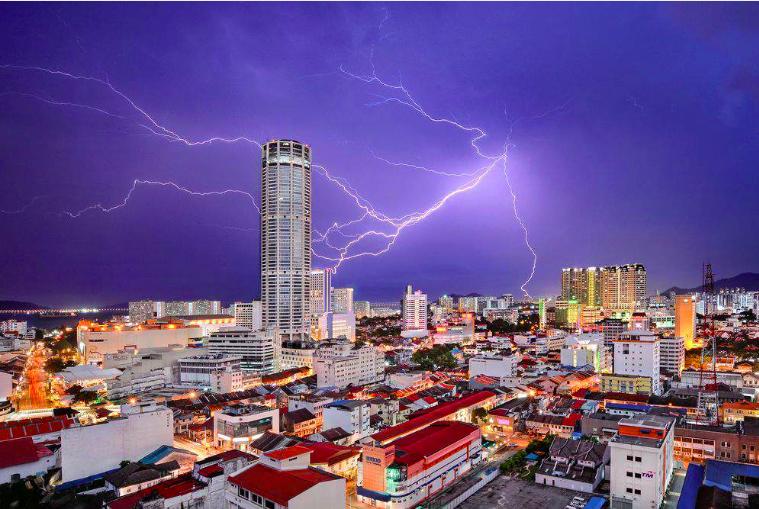 """Troisième place, catégorie """"villes"""" © Jeremy La foudre frappe la tour du Menara Komtar Complex, monument emblématique de George Town, capitale de l'État de Penang, en Malaisie. Elle symbolise le rajeunissement de la ville opéré ces dernières années"""