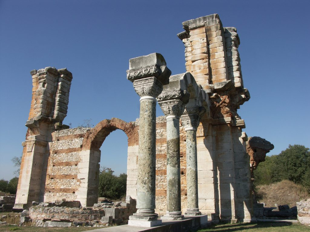 La basilique des piliers, d'une taille impressionnante, avec ses beaux chapiteaux corinthiens, est un cas d'erreur architecturale. La coupole s'est effondrée peu après sa construction. Pourtant le modèle prestigieux était Sainte Sophie de Constantinople, et les architectes venaient de la capitale byzantine.