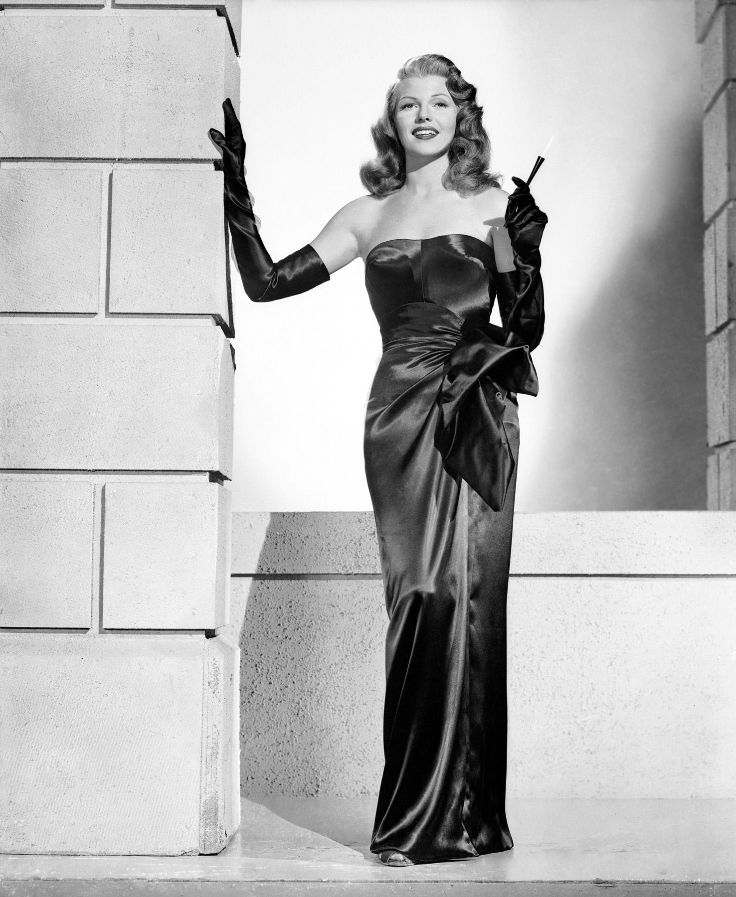 aaccfbef9c0e Rita Hayworth érotise la petite robe noire dans ce rôle de femme fatale.  Dans une scène, elle retire ses longs gants noirs ...