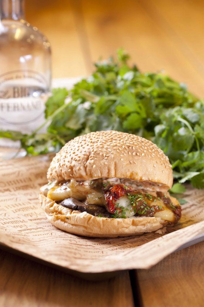 Gros champignon de Paname, Tomme de Savoie au lait cru, Tomates séchées, Oignons confits, Ciboulette, Sauce Tata Fernande (sauce cocktail maison)