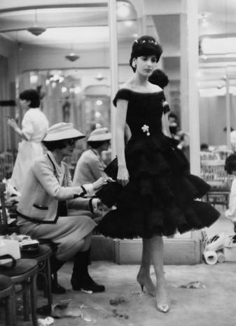 Gabrielle Chanel, dans son atelier 31 rue Cambon (1930)