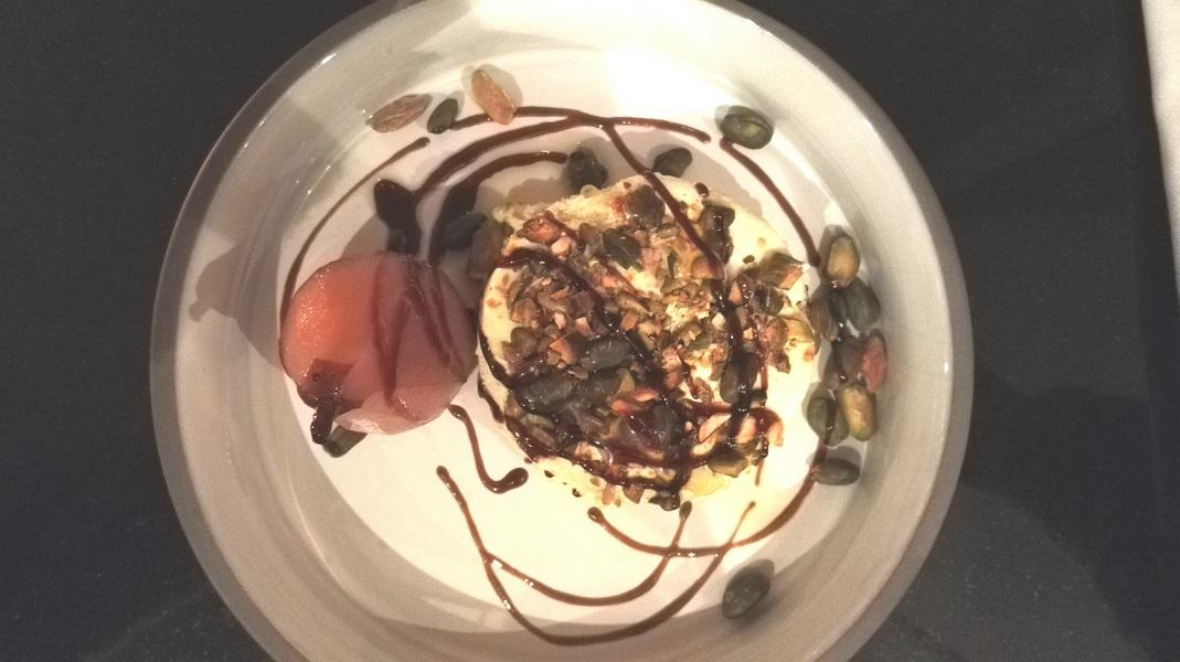 Le Semifreddo chocolat blanc et pistaches, avec sa fondante poire pochée. Crédits photo : Claire Gervais