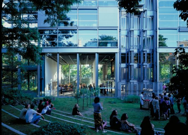 ©Georges Fessy, Le bâtiment de la Fondation Cartier vu du jardin.