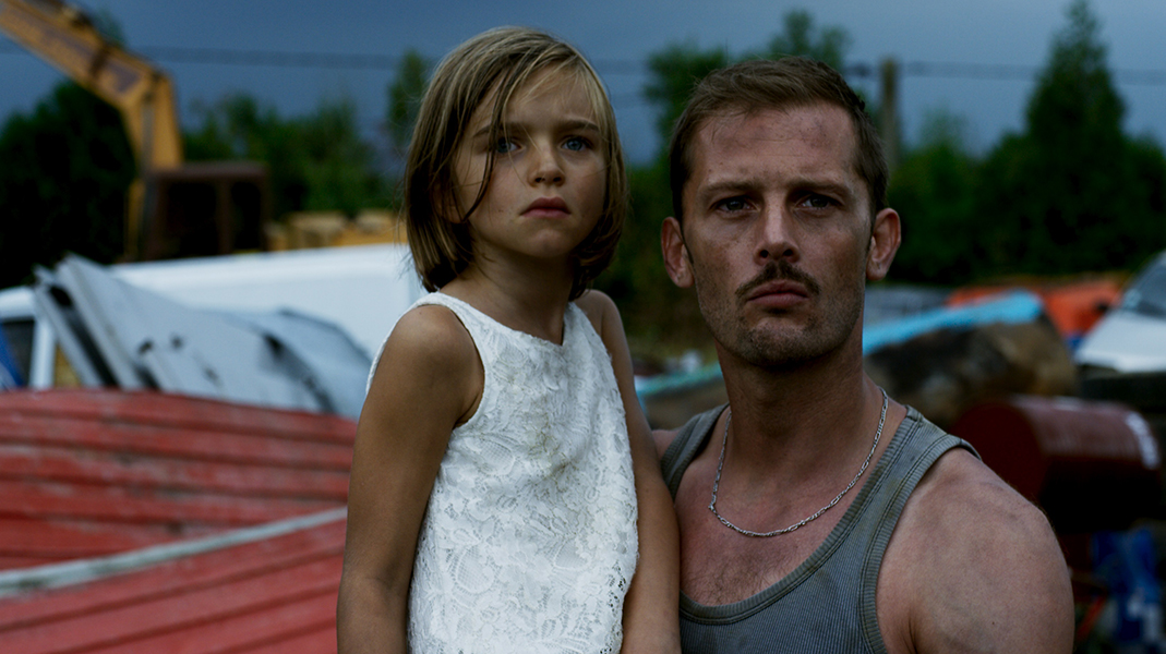 Nicolas Duvauchelle hérite du meilleur rôle secondaire dans l'histoire la plus intéressante du film.