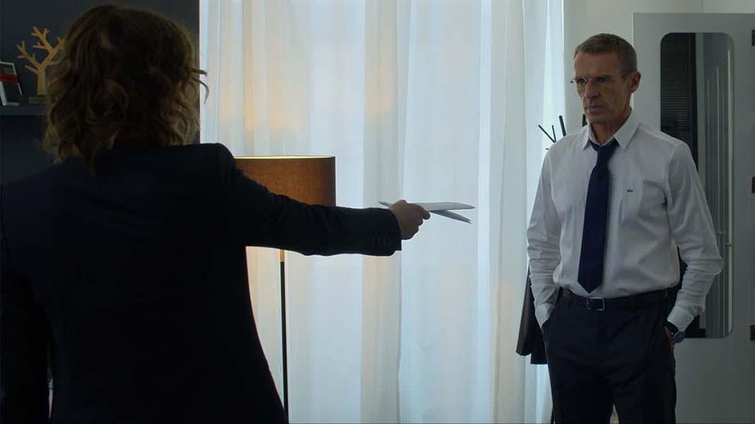 Emilie va devoir se retourner contre son patron et mentor (Lambert Wilson)