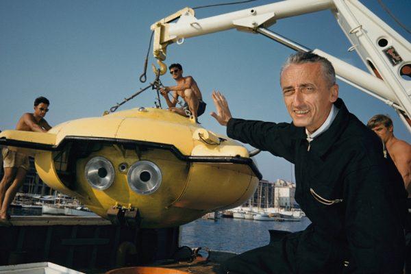 Jacques-Cousteau-montre-son-dernier-engin-de-recherche-sous-marine-©-Thomas-J.-Abercrombie-National-Geographic.jpg