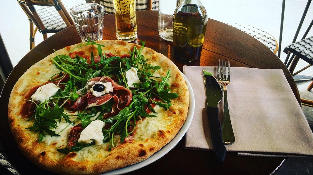 Un pizza dorée en terrasse, on dit oui. Crédits : Casa Cosa